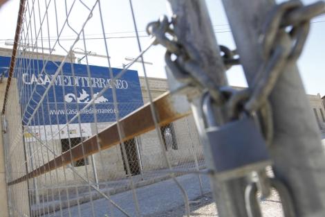El perímetro de las obras aparece ya cerrado, tras su suspensión. | Roberto Pérez