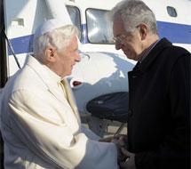 Saludo de Monti y Benedicto XVI. | Reuters