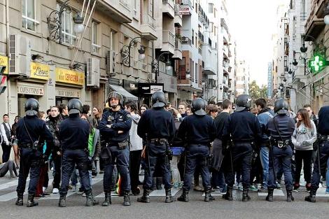 ordón policial para impedir el acceso de los jóvenes a Delegación de Gobierno | Efe