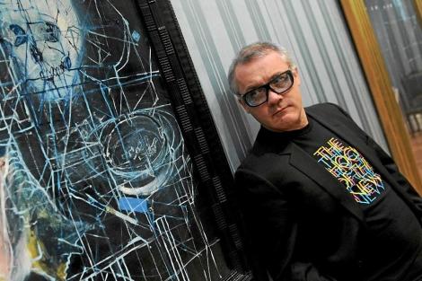 El artista británico posa junto a su obra. | Efe