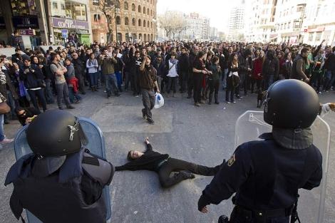Los agentes controlan a un grupo de estudiantes en el centro de Valencia | Vicent Bosch