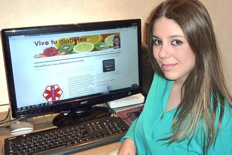 Patricia Santos, sentada ante su ordenador, desde donde alimenta el blog.