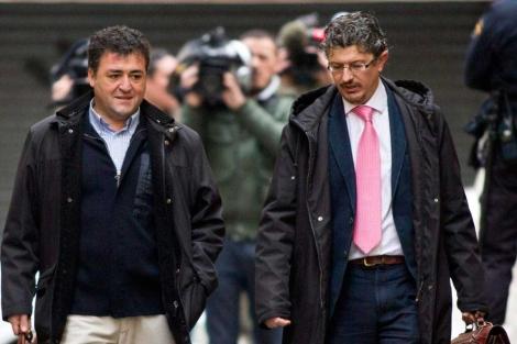 Ballester junto a su abogado Ángel Aragón. | Efe