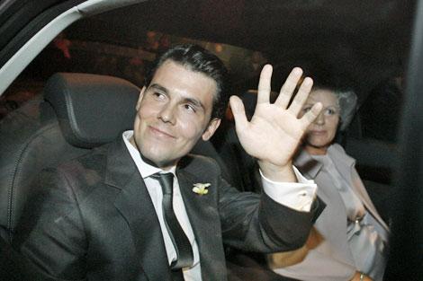 El jinete Sergio Álvarez saluda a los curiosos y periodistas a su entrada en Dodro. | Efe