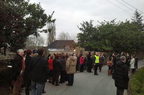 Vecinos y periodistas, a las puertas del pazo donde contrajeron matrimonio. | M.N.
