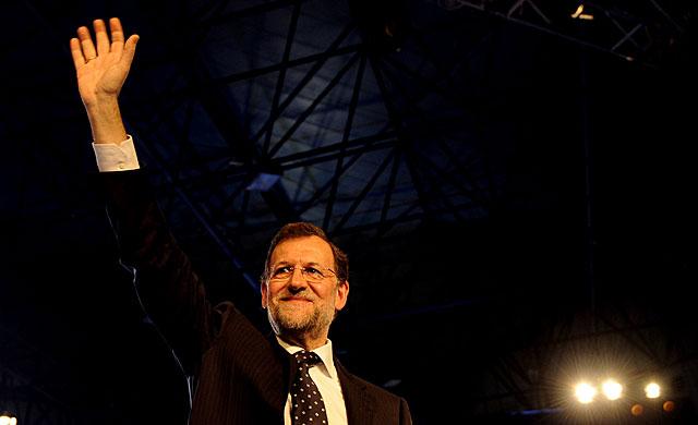 El presidente del Gobierno y del PP, Mariano Rajoy, saluda tras su discurso de clausura del congreso. | Afp