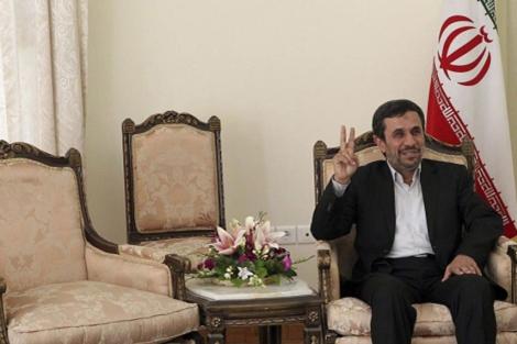 Mahmud Ahmadineyad hace el signo de victoria en su oficina presidencial en Teherán. | Efe