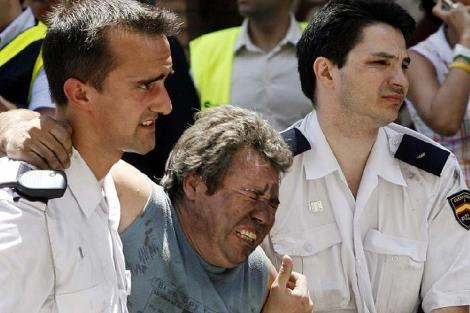 Agentes de policía ayudan a una de las víctimas del accidente de metro de 2006 | Efe