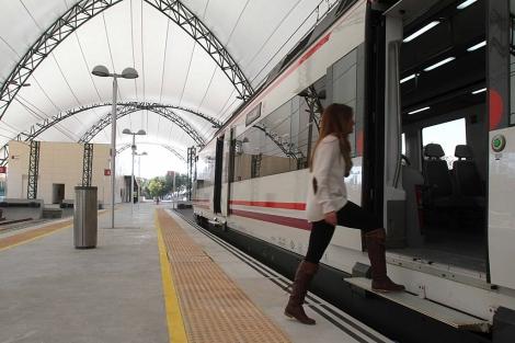Una joven se sube al tren de Cercanías en la estación de la Cartuja. | C. Márquez