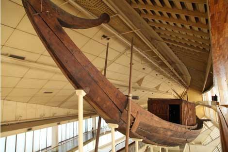 La primera barca solar, exhibida en un museo cercano.   F. Carrión