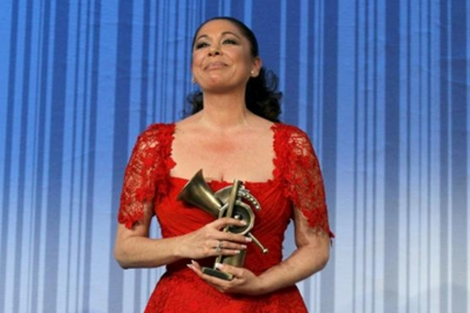 Isabel Pantoja con el Premio de Honor de los XV Premios de la Música.| Efe