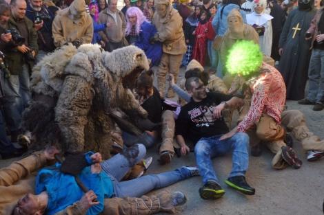 Los 'criados' ayudan al oso a atrapar a los vecinos para tiznarles la cara. | S.P.