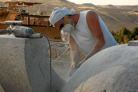 Miguel Isla trabajando en las canteras de Assuan.