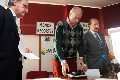 Los portavoces del Sindicato Médico de Sevilla (SMS), en rueda de prensa.   C. Márquez