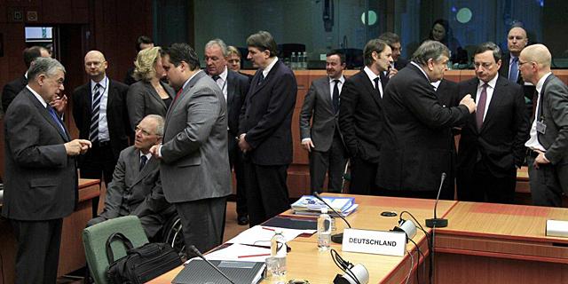 Los ministros de finanzas de la eurozona, durante un descanso de la reunión. | Reuters