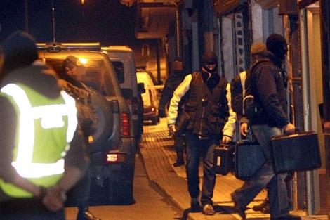 Agentes de la Guardia Civil registran el domicilio de uno de los detenidos.   Efe
