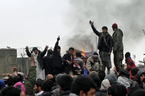 Un grupo de afganos protesta frente a la base de Bagram.| Reuters