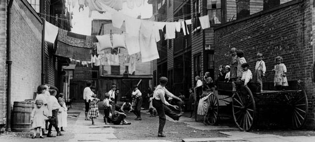 Patio de juegos en un pueblo industrial, 1909. © Colección George Eastman House, 2012