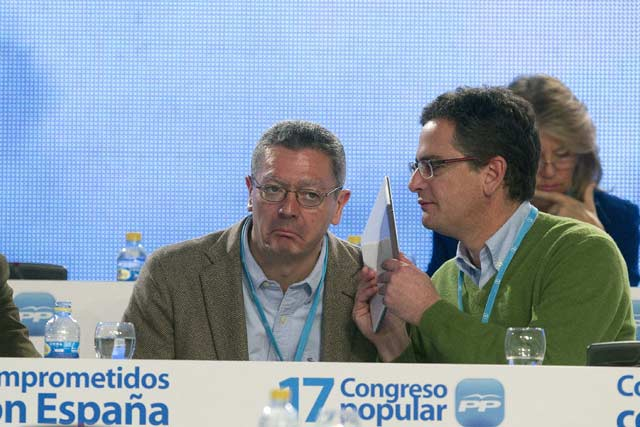 Antonio Basagoiti conversa con Gallardón durante el Congreso del PP en Sevilla.   Efe