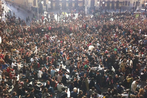 Manifestantes en los alrededores del instituto Lluis Vives | Vicent Bosch