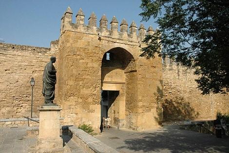 La puerta de Almodóvar, con la estatua de Séneca.