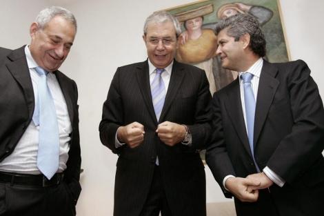Manuel Jove (i) , Fernando Martín (d) y el ex presidente de la Xunta Emilio Pérez Touriño reunidos en 2006, meses antes de cerrarse la compra de Fadesa. | Lavandeira JR
