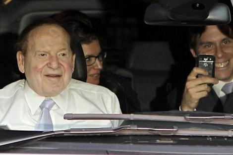 Adelson y parte de su equipo, ayer en Barcelona. | Efe