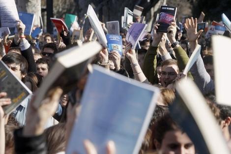 Miles de jóvenes exhiben sus libros en las protestas del martes. | Efe