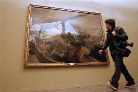 Un fotógrafo pasa por delante del cuadro de Sorolla.   Efe