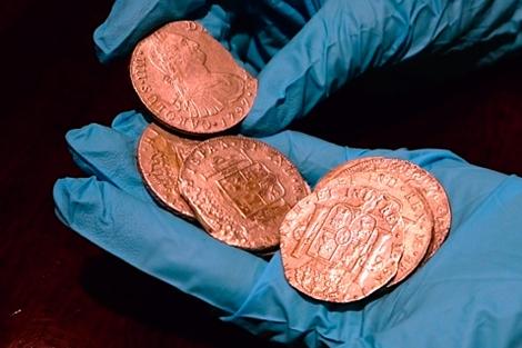 Algunas de las monedas que transportaba la nave.