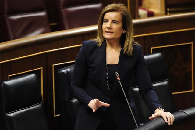 La ministra de Empleo, Fátima Báñez, en el Pleno del Congreso.   Bernardo Díaz