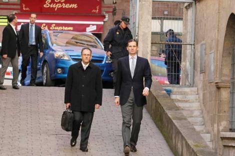 El duque de Palma llega a pie junto a su abogado. | Cati Cladera