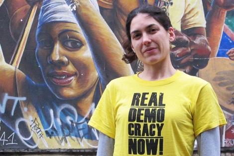 Laura Martín Garrido ante el Mural de la Paz de Dalston en Londres. | C.F.