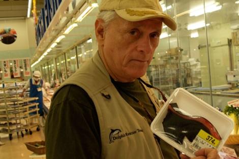 O'Barry, con una bandeja de carne de delfín en un supermercado japonés. | 'S.J.D'.