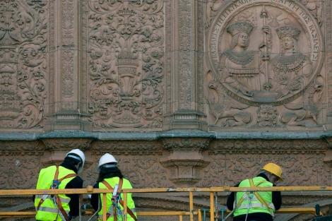 Unos operarios trabajan en la fachada plateresca. | Ical