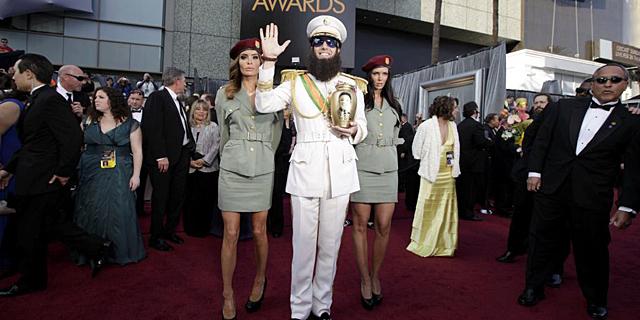 Sacha Baron Cohen, antes de entrar al Teatro Kodak.   Reuters