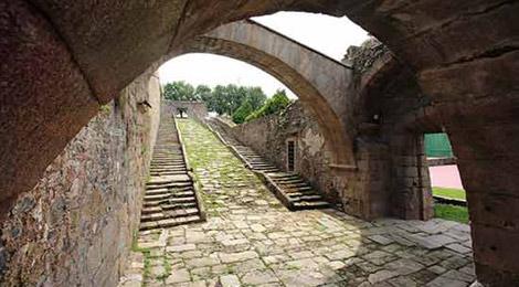 Puerta de Fontelonga, en el interior del vasto cuartel. | Turgalicia