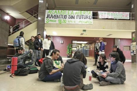 Los estudiantes encerrados en la Facultad de Filosofía y Letras de la Complutense. | Efe