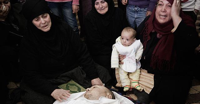 Varias mujeres lloran la muerte de un hombre por la metralla. | AFP
