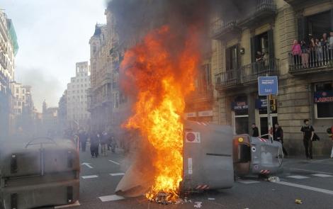 Un contenedor arde en las cercanías del recinto universitario. | Jordi Soteras
