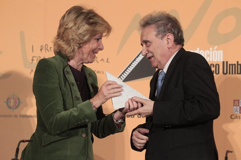 Esperanza Aguirre entrega el premio Francisco Umbral a Longares. | Gonzalo Arroyo