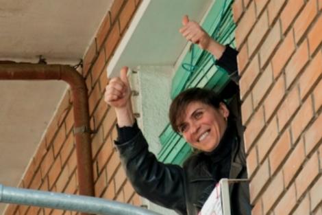 Tatiana hace el gesto de la victoria desde la ventana.   El Mundo