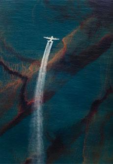 Un avión C-130 esparce dispersante sobre el petróleo vertido. © Daniel Beltrá para Greenpeace