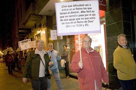 Algunos de los participantes en la protesta, con pancartas. | Madero Cubero