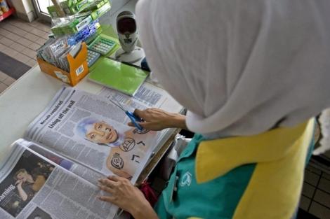 Una mujer observa la fotografía de Badu que ha provocado la polémica. | Efe