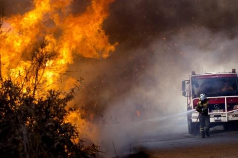 Un bombero trabaja en la extinción de un incendio en Baños de Molgas. | Efe