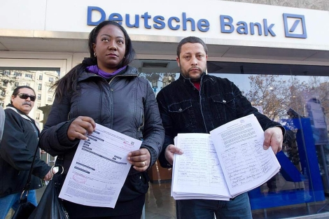Paola y Marcelo frente a una sucursal del Deutsche Bank | Benito Pajares