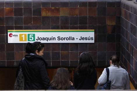 Una de las bocas de acceso a la estación, con la nueva cartelería. | J.C.