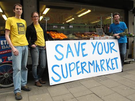Michael Mulcahy, Tara Mulqueen y Craig Jobbins en la puerta del Supermercado del Pueblo.