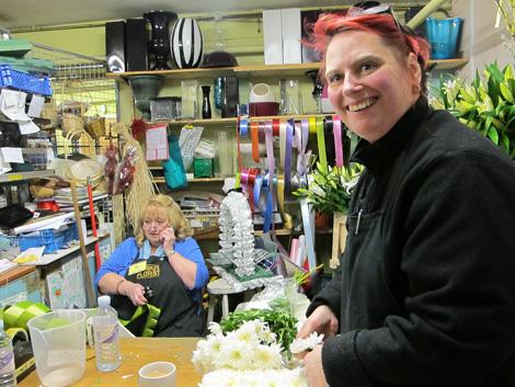 Las Floristas del Pueblo Annette Sackar (sentada) y Denise Wolker (en primer plano). | C. F.